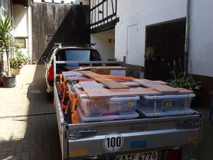 Hapert Amigo TOP an Peugeot 308SW auf Hof Isem, Samla-Boxen, Pappkisten und Regalbretter mit Spanngurten fixiert