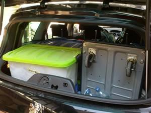 Offene kleine Heckfensterklappe Peugeot 308SW, Stapelboxen und Rollwagen
