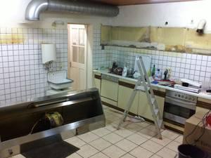 Küche im Bereich der Spüle nach Abbau der Oberschränke