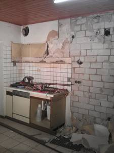 Überreste der alten Küche: Spülschrank und Spülmaschine.