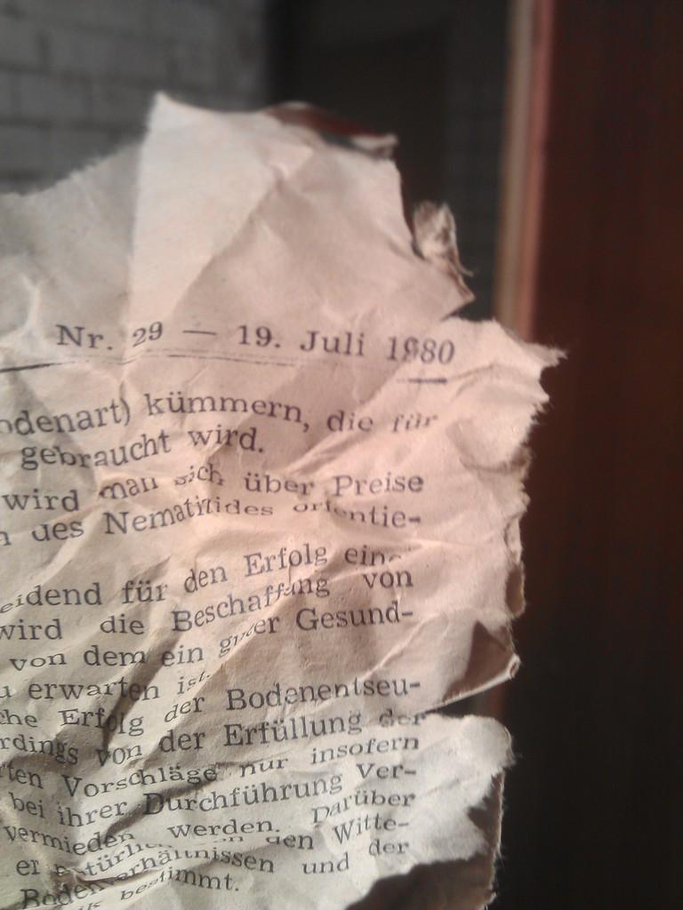 Eine Seite aus dem PFÄLZER BAUER, Ausgabe 29 vom 19. Juli 1980 war als Isolationsmaterial oder Füllstoff in einer tiefer liegenden Wanddose hinter einer Steckdose zu finden und dokumentiert ungefähr den Zeitpunkt, an dem die neue Mauer (vor der alten Außenmauer) hochgezogen wurde, wo dann im September 1980 die Einbauküche eingebaut wurde.