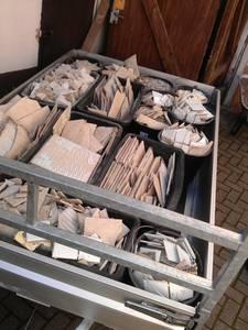 Die erste Wagenladung Bauschutt vorsortiert in Mörtelwannen (60l) und Baueimer (20l). Die abgebildete Menge entspricht 480kg.