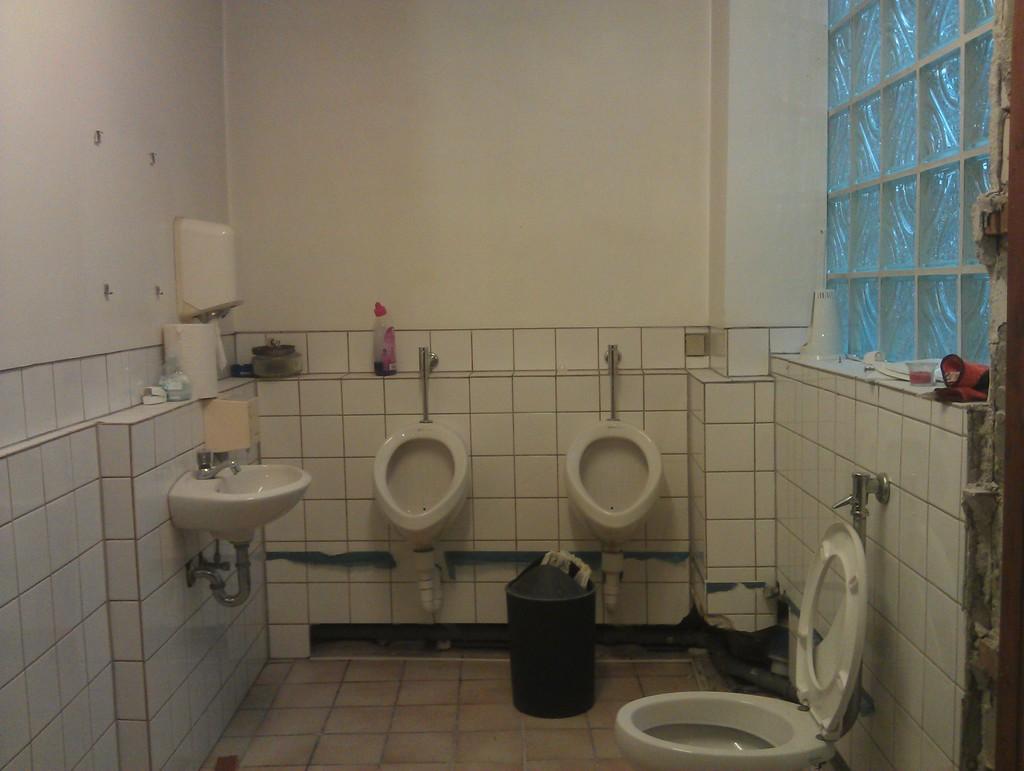 waschmaschine im heizungsraum oder im ehem herren wc. Black Bedroom Furniture Sets. Home Design Ideas