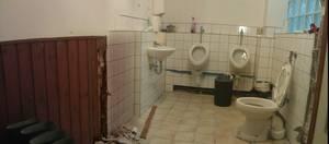 Links im Bild: die hintere Wand des Herren-WCs und des künftigen Waschraums. Hier soll ein Podest mit rund 3m Länge, 56cm Höhe und knapp 70cm Tiefe gebaut werden. Am rechten Bildrand ein kleiner Teil der Glasbaustein-Wand zum Hof hin.