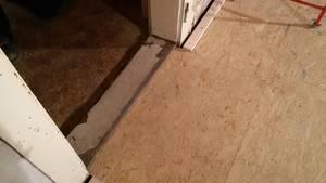 Detailansicht: Türschwelle mit OSB-Platte unterfüttert.