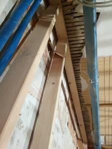 auf der rechten Seite: Konstruktionsvollholz 80x40mm entlang der Decke.