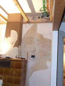 Interims-Bausteckdose im Wohnzimmer neben dem Noch-Kachelofen.