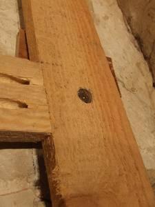 Die Befestigung mit einer Schraube direkt durch den Ständer in die Rohe Wand ist robuster, allerdings aufwendiger.